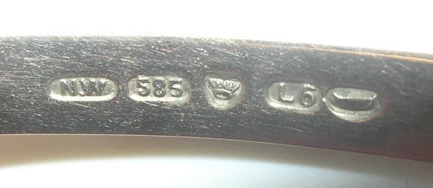 valkokultainen sormus jossa kullan leimat ja muut kullan merkinnät