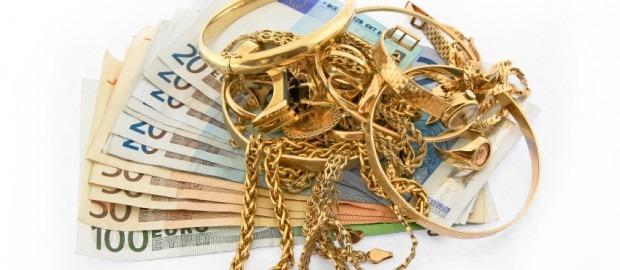 kultakoruja setelipinon päällä