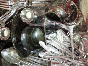 romuhopeaa jossa hopealusikoita ja muita hopeisia ateriaimia